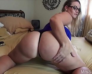 Chubby slutwife bonks her booty with toys
