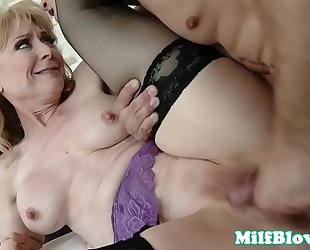 Cougar fingered and pussyfucked by hard 10-Pounder