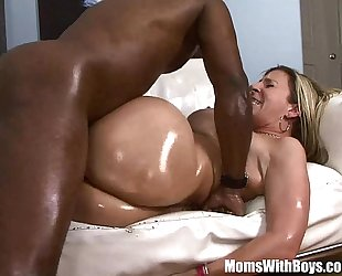 Shiny oiled milf sara jay bonks large black knob